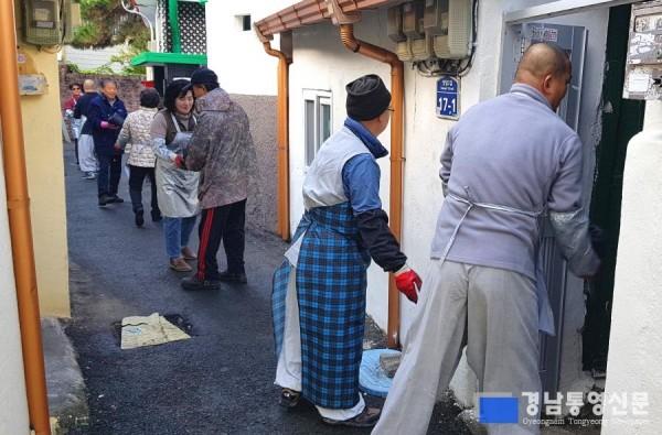[크기변환]통영지역 6개 사찰 주지스님 겨울맞이 연탄나눔 봉사활동 전개2.jpg